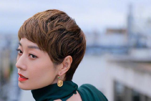 马伊琍阳台欣赏巴黎风景 穿露背衬衣尽显女人味
