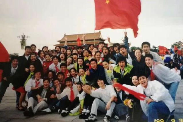 陈红晒20年前天安门合影庆华诞 祝福祖国生日快乐