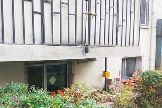 泰海花园一地下室被扒开10个窗户 楼上居民整天提心吊胆