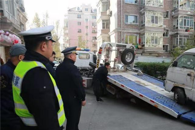 """一天清出20台 """"僵尸车""""藏身居民大院被拖离"""
