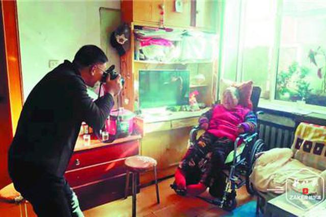 最美摄影师 哈市一男子照顾180斤瘫痪的姑姑21年