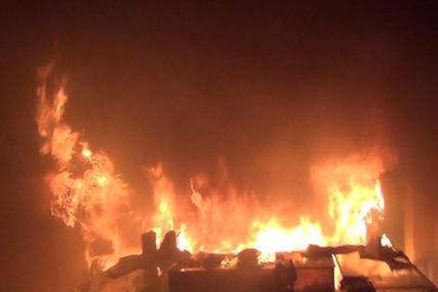 哈市道外区一手机店凌晨突发大火 店内物品全烧毁
