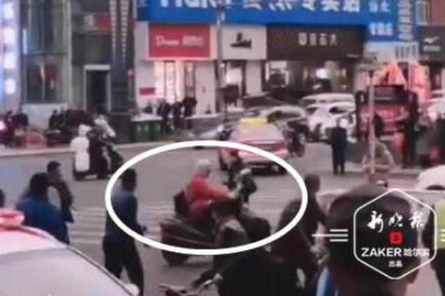 与电瓶车相撞 摩托车驾驶员竟砍伤对方老夫妻和交警