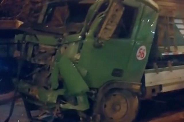 翻斗车刮碰面包车后侧翻 连伤四辆公交