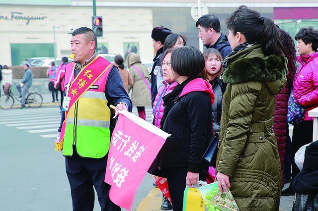 哈尔滨300名驾校教练上岗规范行人过马路