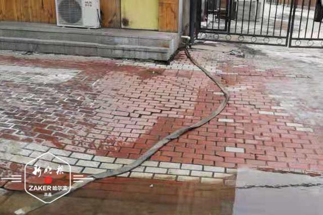 哈市买卖街205号地下室返清水已2年 排到马路的水又结冰