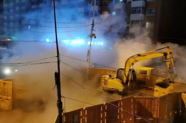 哈尔滨香坊区一路段冒出大量蒸汽 夜市收摊 车行受阻