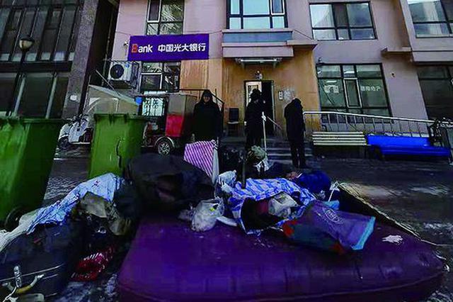 哈市道外区振江小区一居民楼起火 消防员救出被困老人