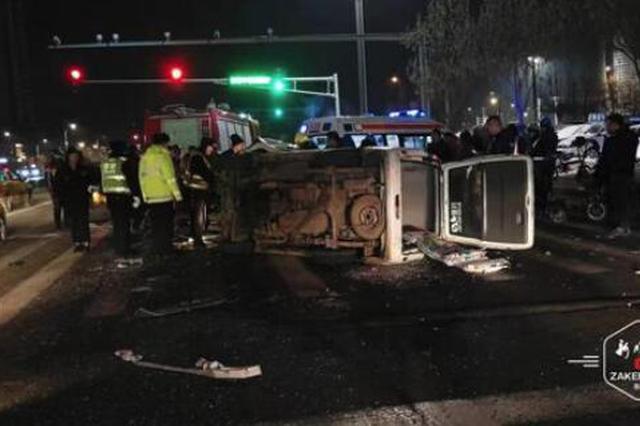 凌晨出租车等信号被搥成两厢 肇事面包车翻车 司机被困