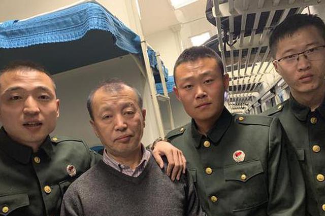 老人发病栽倒列车卫生间 仨退伍军人施救一路送到家