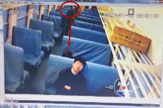 是心虚的感觉!男子火车上盗窃得手又把偷来手机扔掉