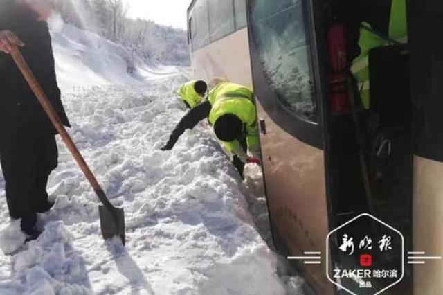 5日上午两台车因路滑掉沟里 去雪乡游玩开车一定加小心