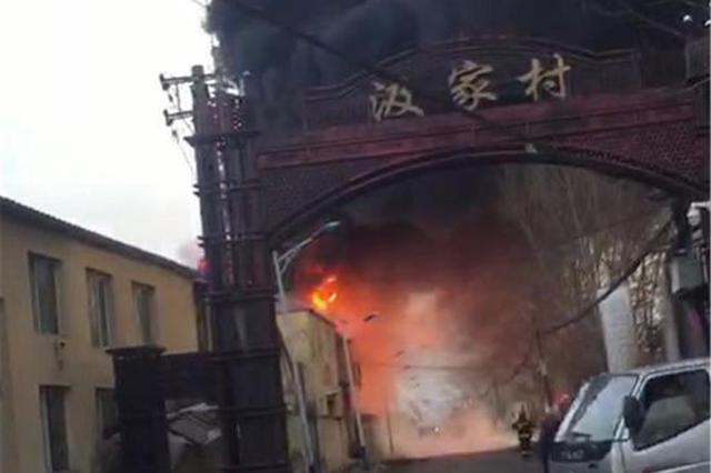 哈尔滨香坊区一库房清晨突然起火 火光冲天浓烟滚滚