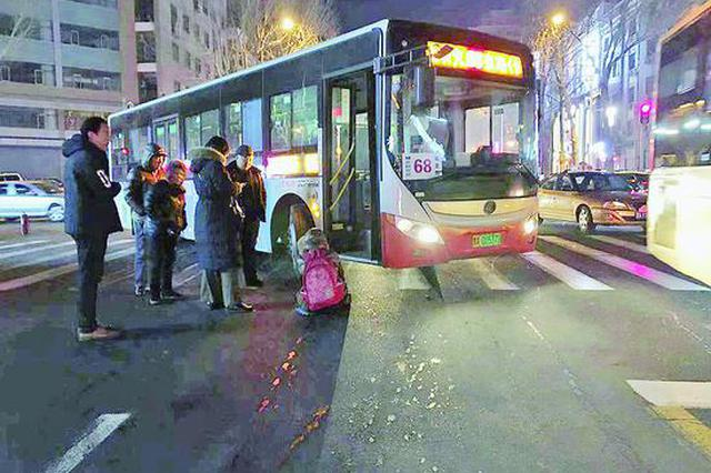哈尔滨68路公交撞倒行人致两根肋骨骨折