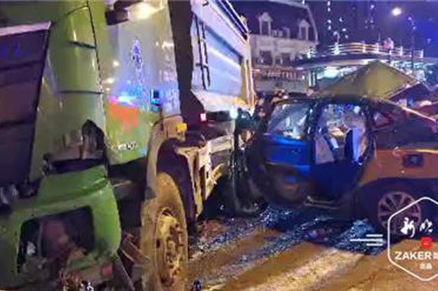 深夜学府路翻斗车与出租车相撞 被困2人及时获救