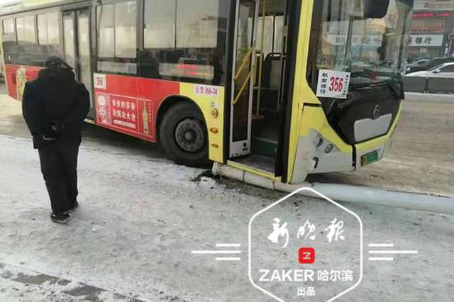 哈市一辆公交车失控撞倒路灯杆 等车老人被砸不幸身亡