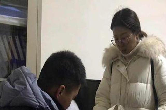 4岁小游客突发高烧40度 雪乡民警连夜护送就医