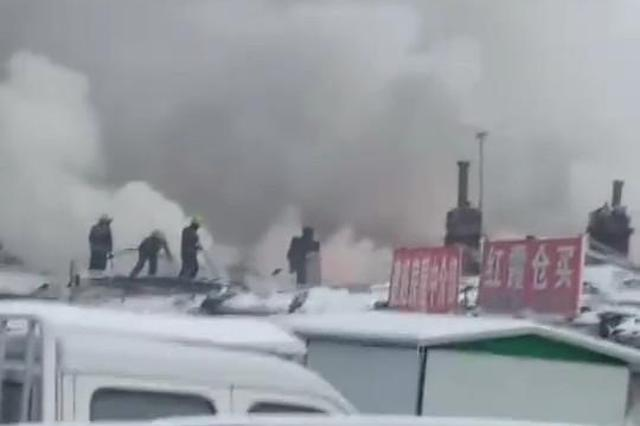 哈市道外区一平房起火殃及邻居 疑烧炉子取暖惹祸