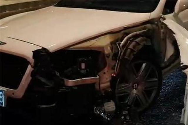 哈尔滨一300万宾利失控撞碎隔离带殃及四车