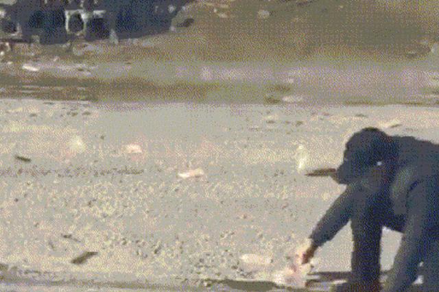 黑龙江男子手中一沓百元大钞被刮满街 20多人追着钱跑