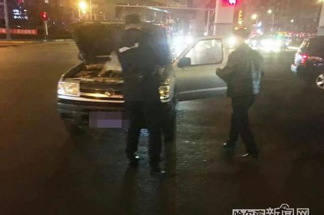 SUV当街自燃车上还没有灭火器 关键时刻冰城特警赶到