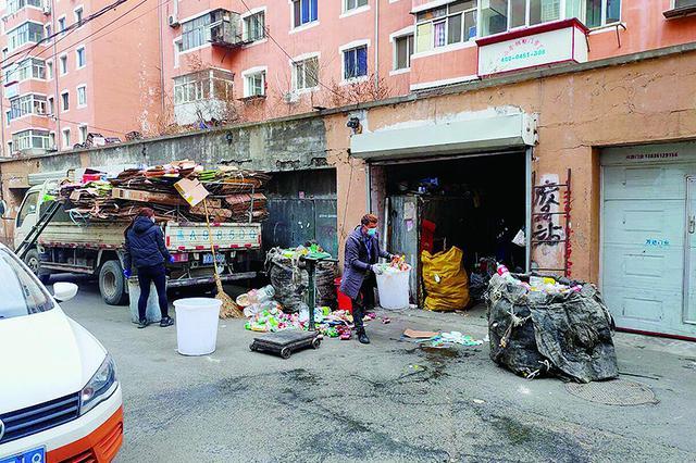 哈市道外区市政小区 车库变成废品站易燃物品存隐患
