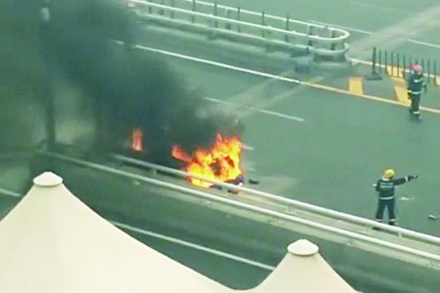 哈尔滨市松浦大桥: 货车突然起火被烧废