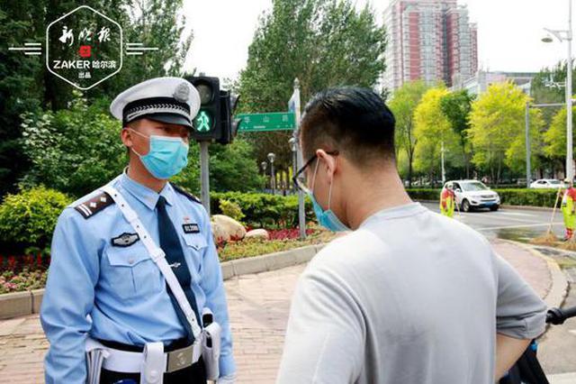 骑单车玩手机将被查处 哈尔滨交警示范骑单车正确姿势