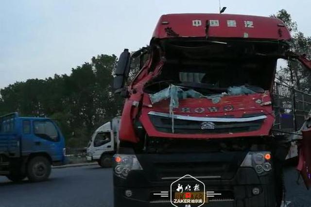 两车相撞侧翻砸倒水泥杆 消防官兵3小时救出受困驾驶员
