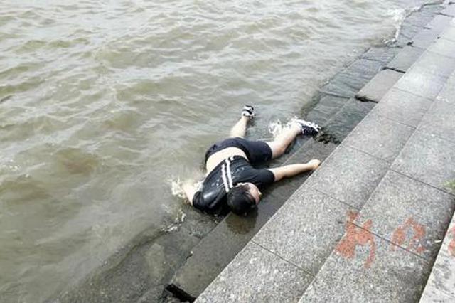 哈市道外江边发现一男性浮尸 目击者称其常坐江边喝酒