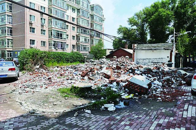 哈市道外区祥泰名苑小区 违建垃圾半个多月没清理