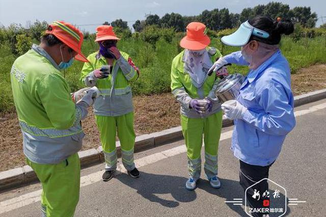 发防暑降温用品 高温天哈市城管部门为环卫工人送清凉
