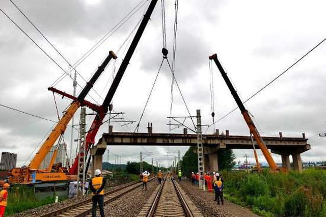 G229国道尚志公铁立交桥跨滨绥铁路箱梁拆除