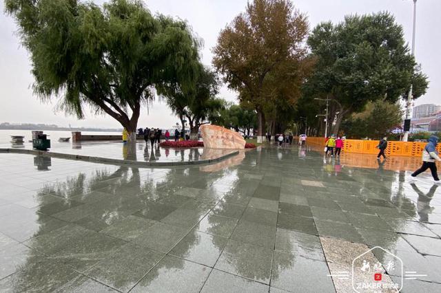 一场秋雨一场寒!秋雨中的冰城好似水墨画
