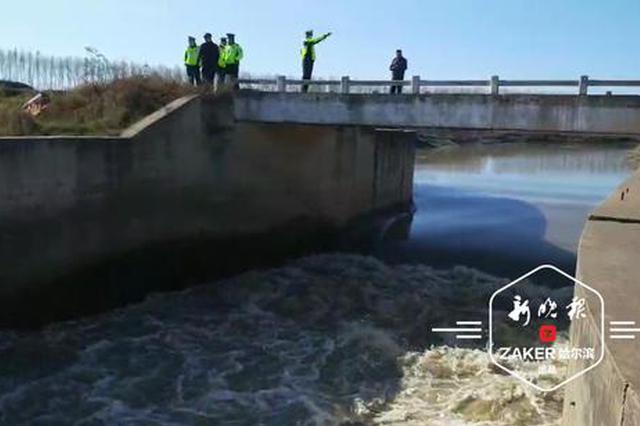 越野车不慎坠入河中 一人自救三人溺水失踪