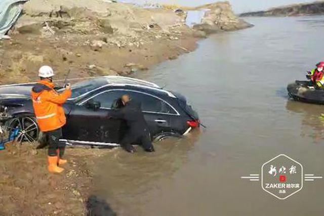 追踪丨坠河越野车打捞上岸 车内仍有1男1女不知所踪