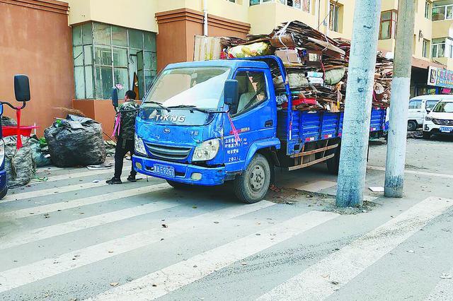 哈尔滨市河松小区门前 货车占道收废品人车难行