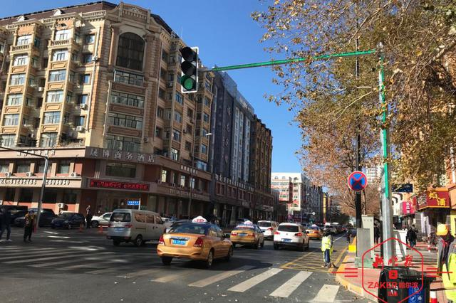 亮了!哈尔滨斑马线随信号灯变色 行人过街有双提示