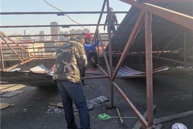 古香街楼顶400㎡违建彩钢棚拆除 将改造屋顶防水工程