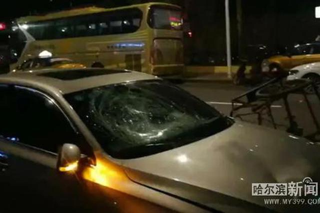 三轮车拉着两辆改装篷车深夜上路 撞上私家车一女子受伤