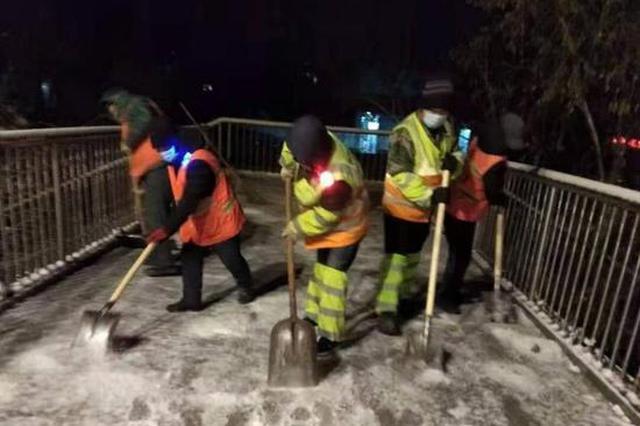 保障市民顺畅出行 冰城环卫工人在夜幕中紧张忙碌着
