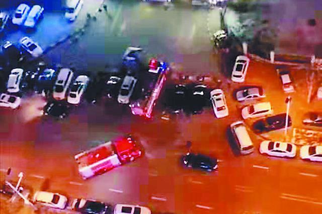 哈尔滨群力家园突发火情 沿路停放车辆挡住消防车!