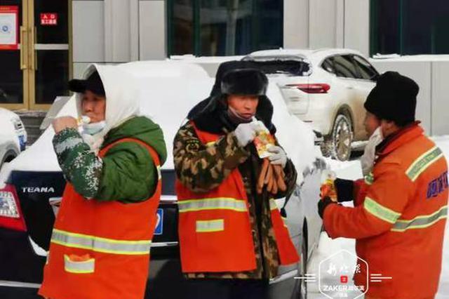 热豆浆+保暖手套 阿城清雪人收到暖心礼物