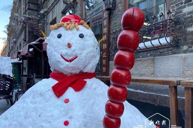 """哈尔滨中华巴洛克老街雇""""迎宾员""""了 成排大雪人吸客"""
