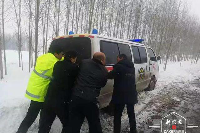 120急救车被困沟内 警民合力将载着患者的救护车推出