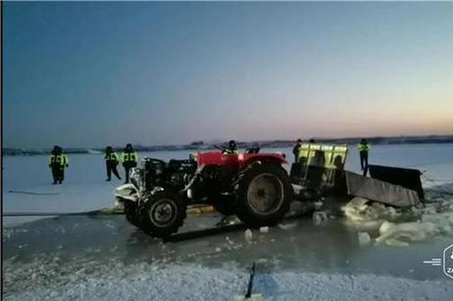"""农用四轮车坠江,救援队8小时""""破冰""""打捞上岸"""