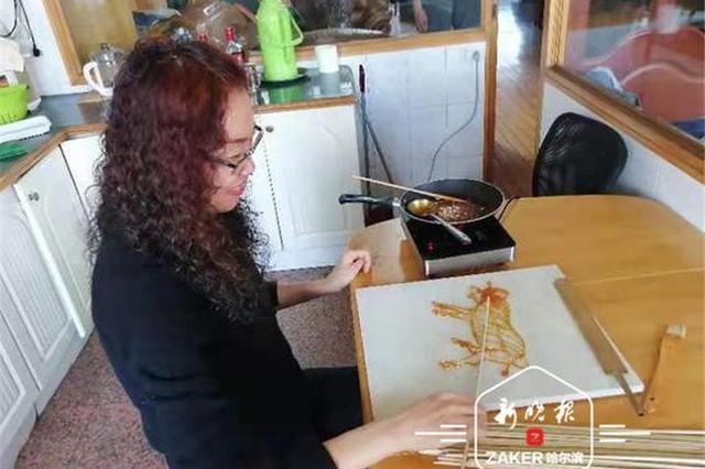 40秒一笔成的十二生肖糖画见过吗?冰城奇人糖画巧绘家乡