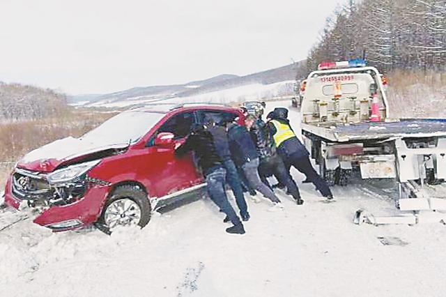 雪天司机操作失当 吉普车侧滑翻进3米深排水沟