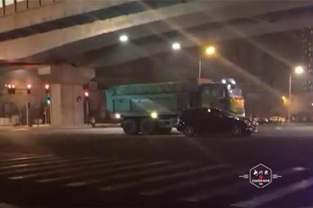 深夜翻斗车撞上奔驰,行车记录仪记录惊险瞬间