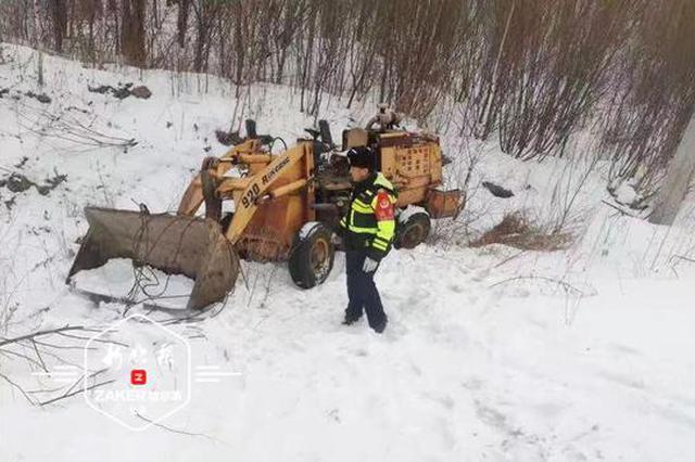 雪天路滑钩车滑下路边沟,多亏民警及时救援